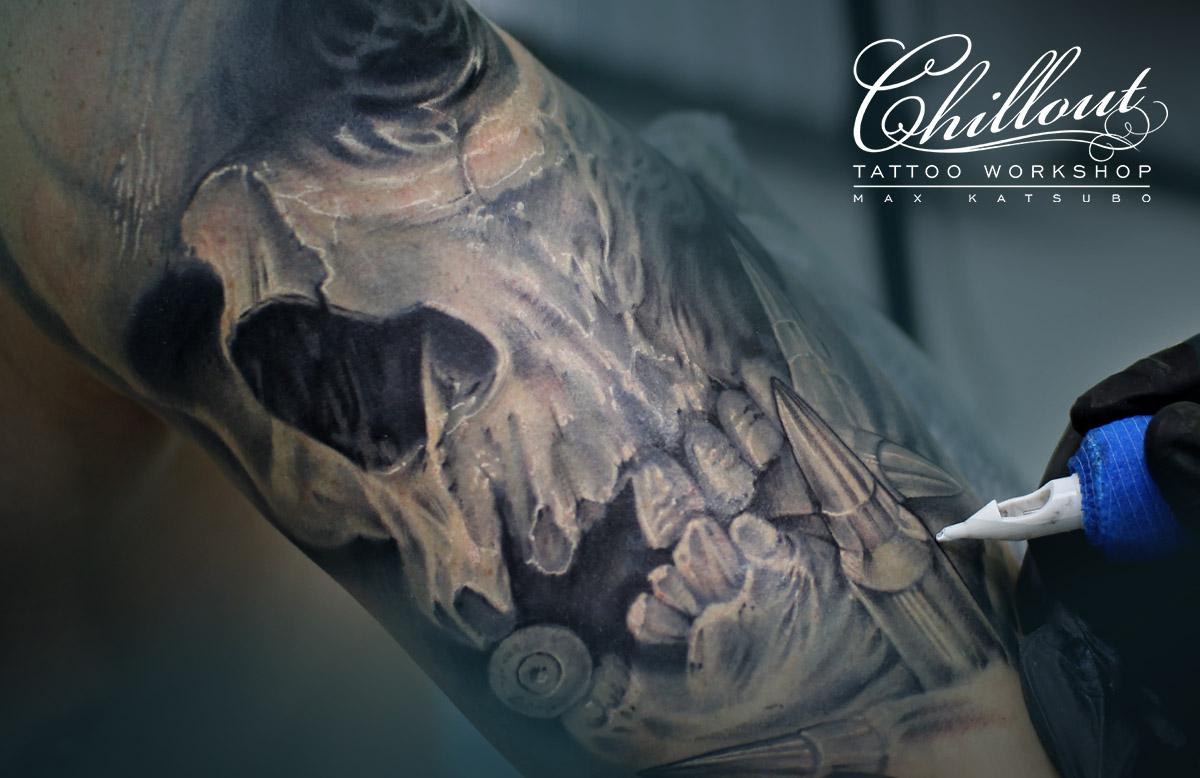 Татуировка череп с пулями на плече