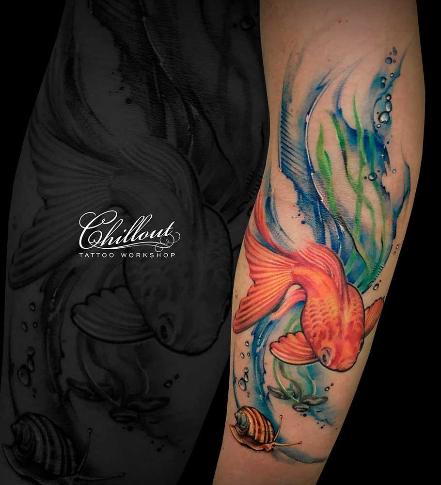 Рыбка на руке акварель