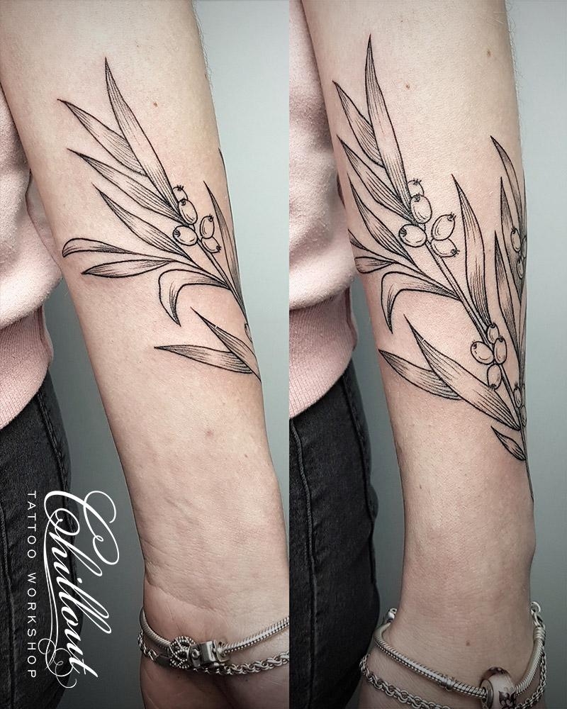Татуировка веточка на руке