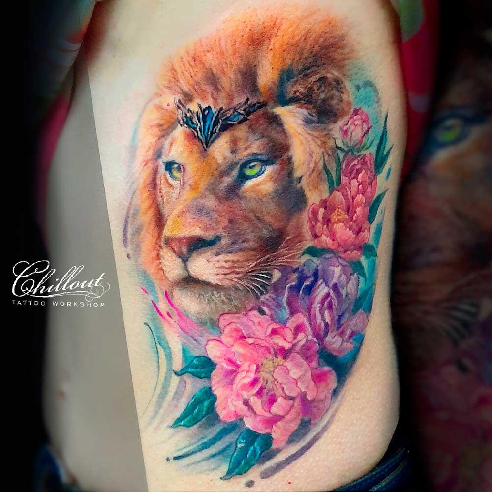 Татуировка лев и пионы на боку