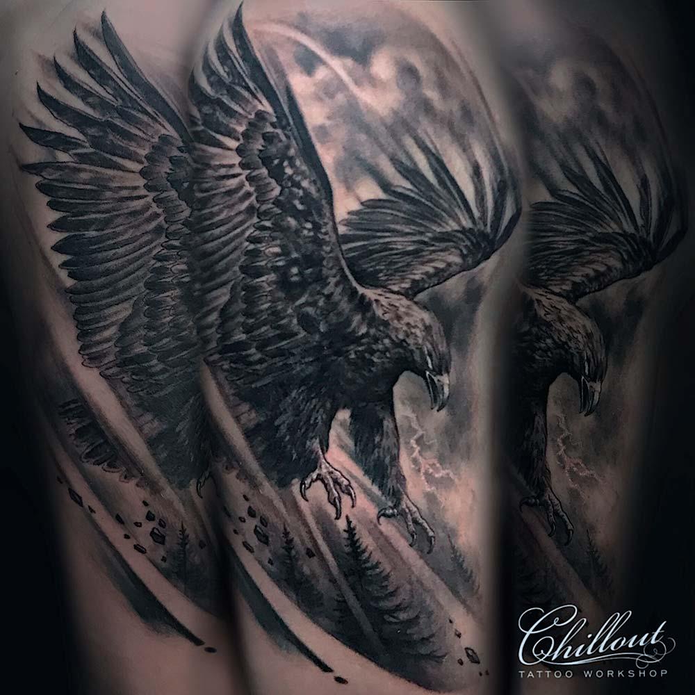 Татуировка орел в полете на руке