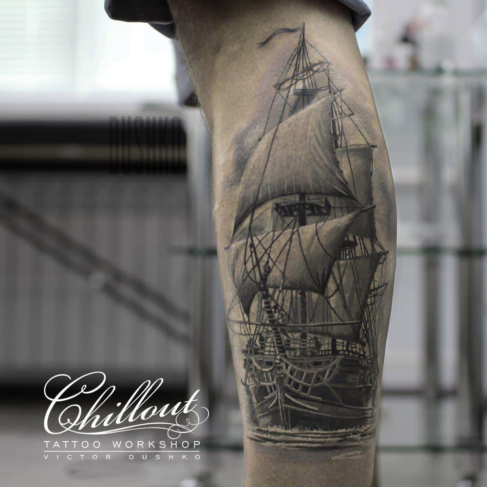 Татуировка парусник на ноге