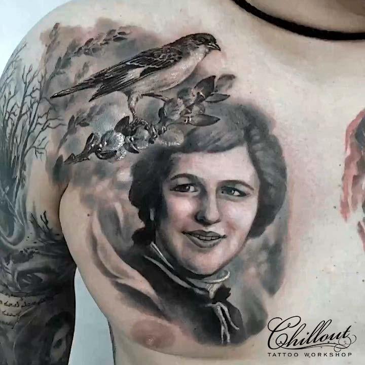 Тату портрет на груди, чб