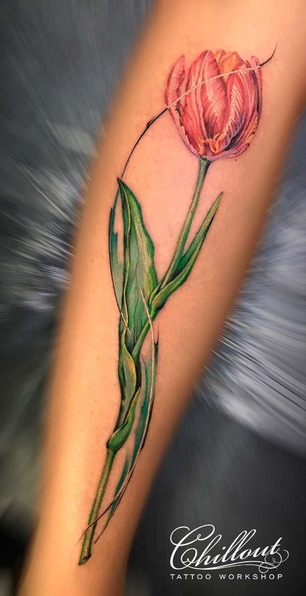 Татуировка тюльпан на ноге