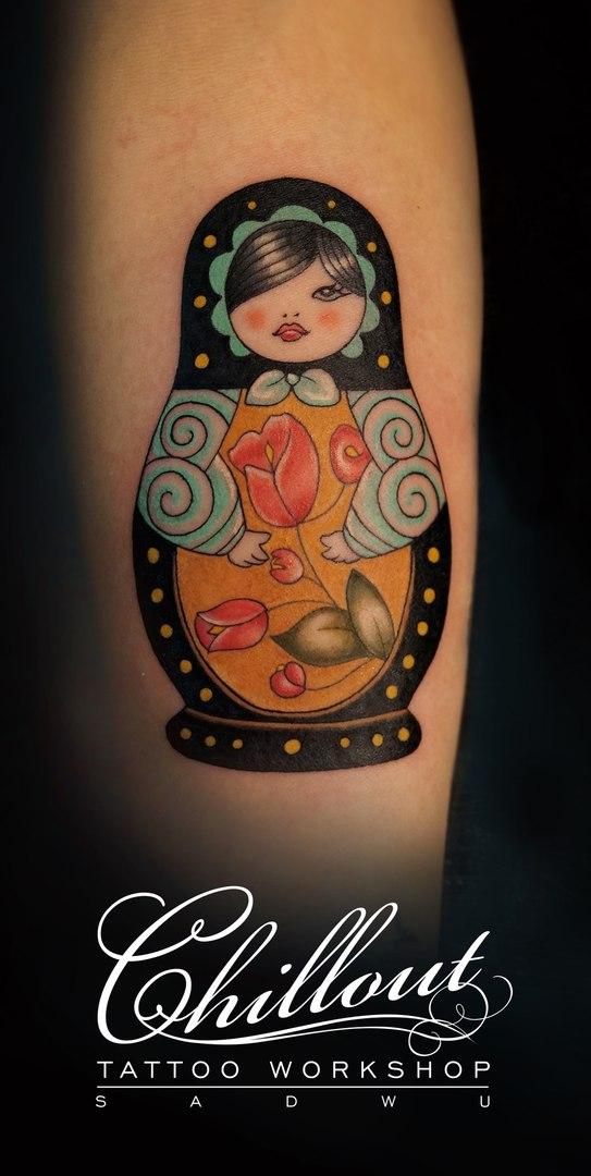 Татуировка на руке матрёшка