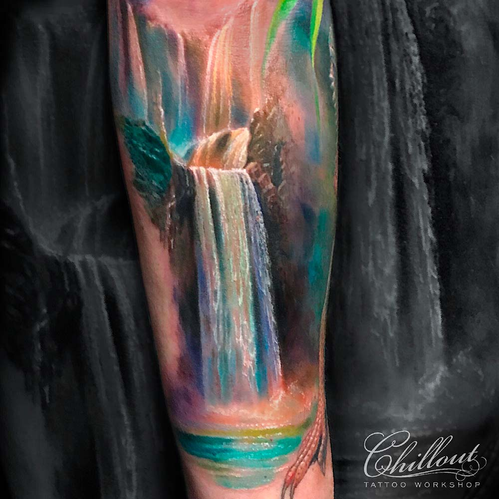Татуировка водопад на руке