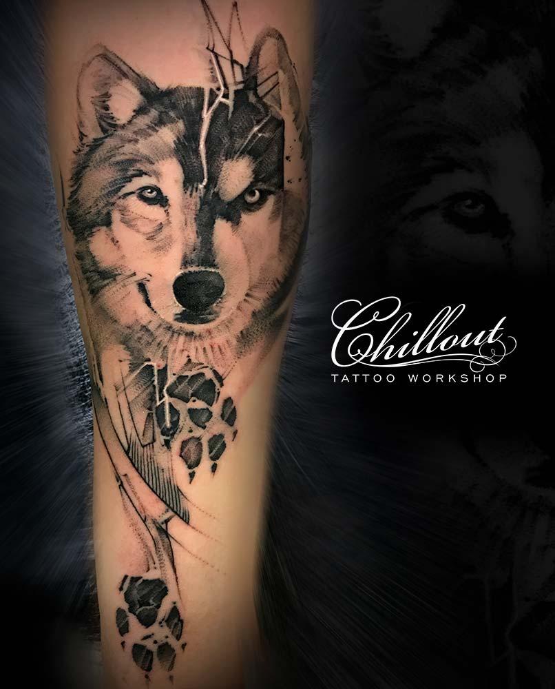 Тату волк и и волчий след на руке