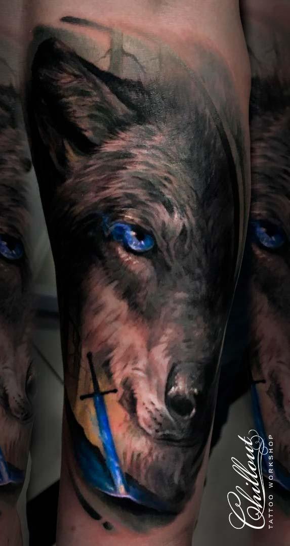 Татуировка волк реализм на руке