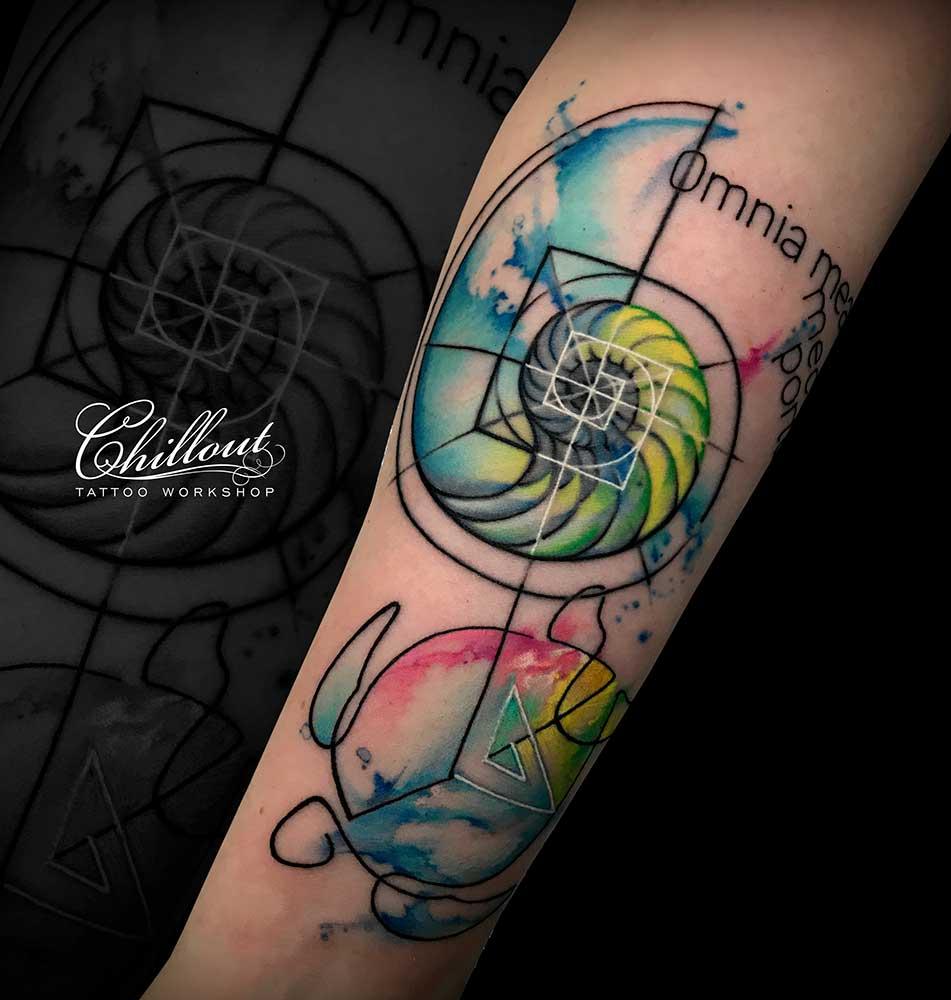татуировка аммонит и черепаха на руке