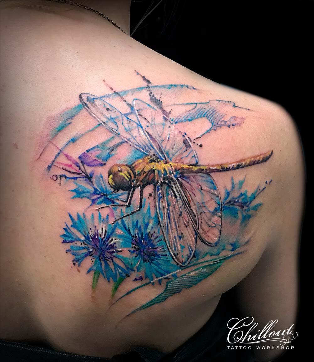 Татуировка стрекоза на лопатке