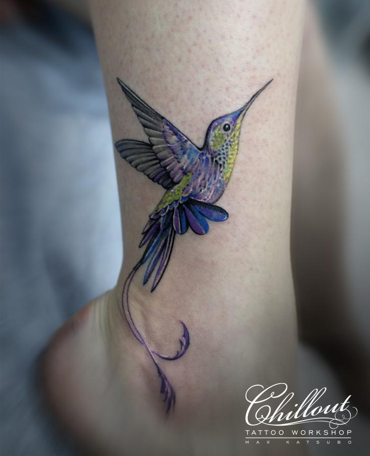 Тату птичка колибри на ноге