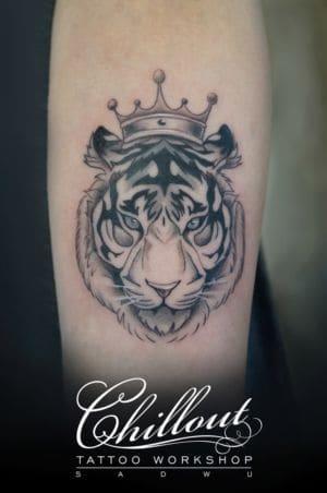Татуировка тигр с короной
