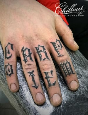 Татуировка на пальцах Carpe Diem
