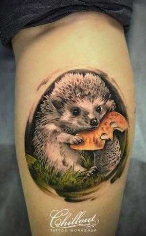 Татуировка ежик на ноге
