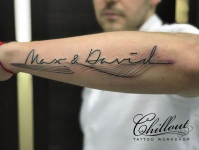 Татуировка надпись с линиями на руке