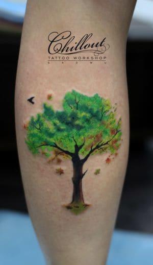 Цветная татуировка дерево на руке